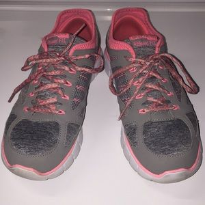 Cute Women's Skechers Relaxed Fit Shoes. Size 9.